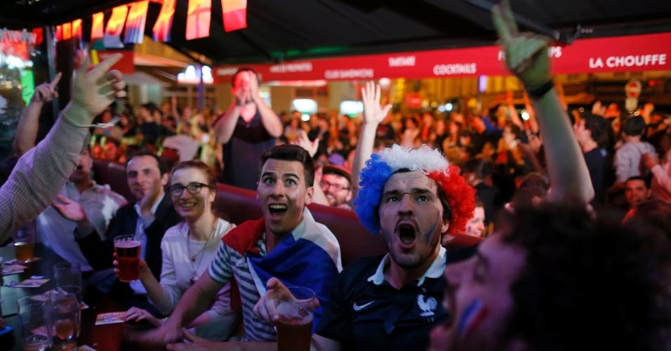 25.jun.2014 - Em Paris, franceses vibram durante jogo da seleção nacional contra Equador, pelo grupo E da Copa do Mundo
