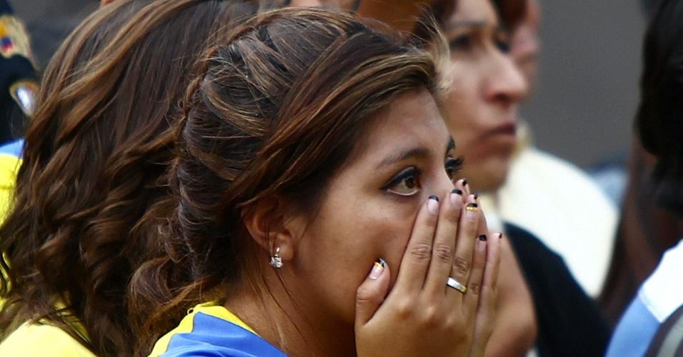 25.jun.2014 - Em Quito, torcedora equatoriana não acredita em eliminação da seleção nacional logo na primeira fase da Copa do Mundo