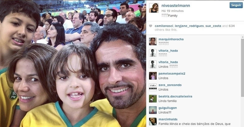 25.jun.2014 - Nivea Stelmann foi ao Maracanã com a família para assistir ao jogo entre França e Equador