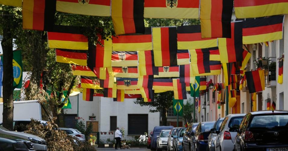 25.jun.2014 - Rua da cidade alemã de Essen é enfeitada com bandeiras da Alemanha e do Brasil em véspera de último jogo da seleção na primeira fase da Copa