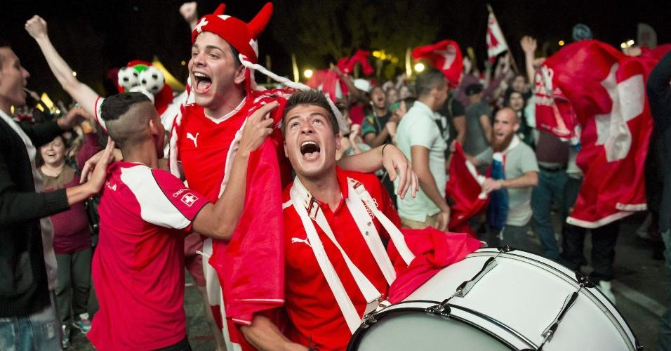 25.jun.2014 - Suíços vão às ruas de Lausanne comemorar classificação para as oitavas da Copa do Mundo após vitória sobre Honduras