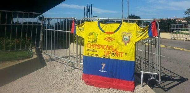 25.jun.2014 - Torcedores do Equador penduram bandeiras na concentração antes do jogo contra França
