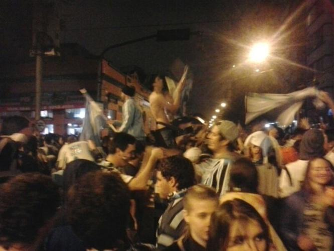 25.jun.2014 - Torcida argentina faz festa no bairro Cidade Baixa, em Porto Alegre, após vaga garantida nas oitavas de final da Copa do Mundo