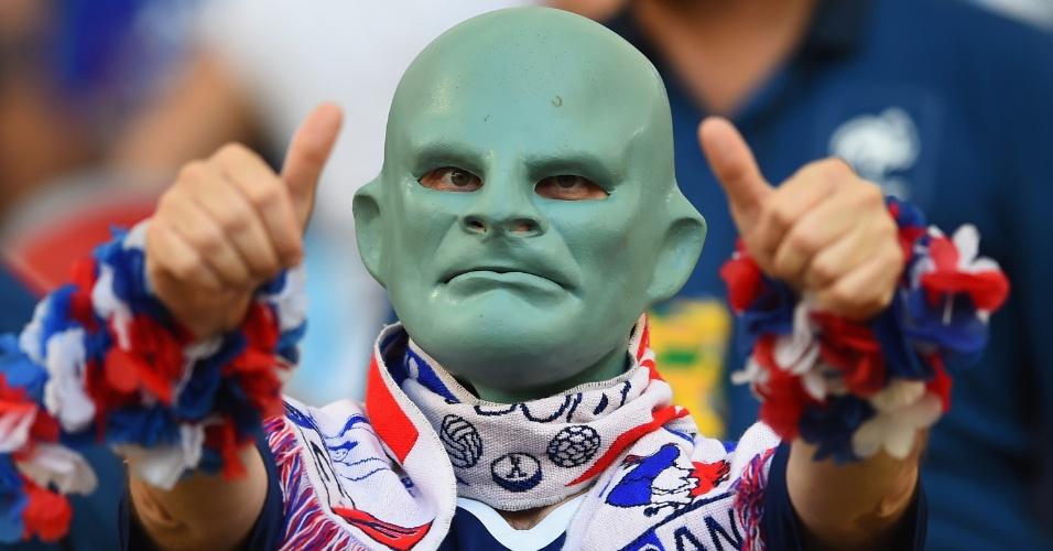 A máscara deste francês ficou caprichada. Só sobrou espaço para ver o jogo e, o mais importante, respirar