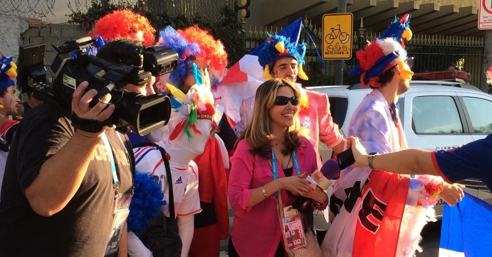 25.jun.2014 - A torcida fez muita festa nos arredores do Maracanã antes da partida entre Equador e França