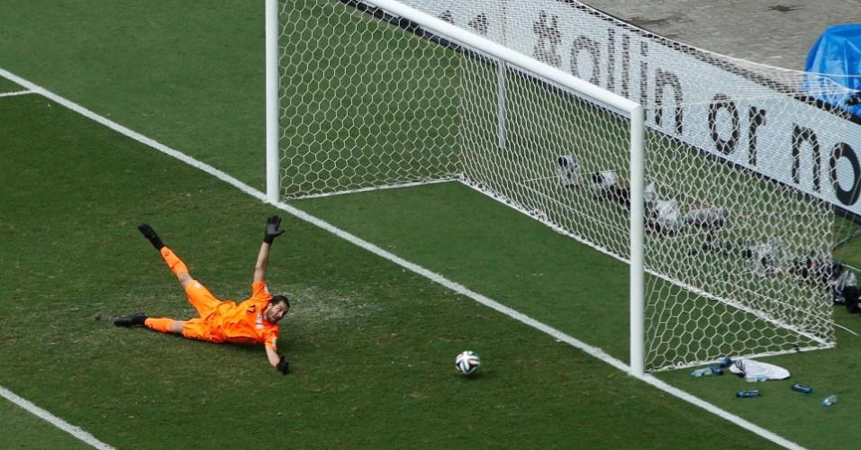 Alireza Haghighi, goleiro do Irã, se estica, mas não impede o gol de Edin Dzeko, da Bósnia, na Fonte Nova