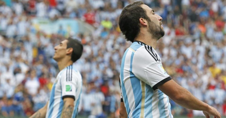 Angel di Maria (esq.) e Gonzalo Higuain (dir) lamentam gol de empate da Nigéria contra a Argentina, em Porto Alegre