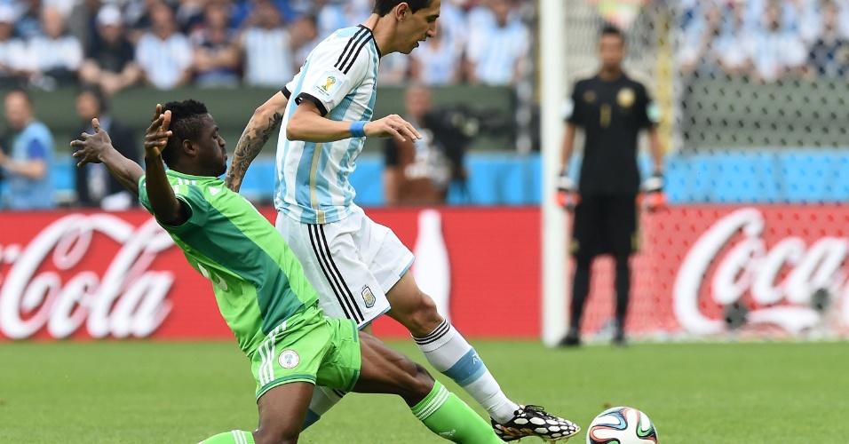 Angel Di Maria tenta escapar da marcação do nigeriano Michael Babatunde - 25/06/2014
