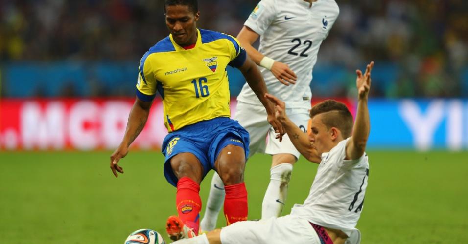 25.jun.2014 - Antonio Valencia, do Equador, dá entrada dura em Lucas Digne, da França. O jogador recebeu cartão vermelho pelo lance