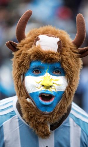 Argentino comemora vitória sobre a Nigéria fantasiado em Buenos Aires