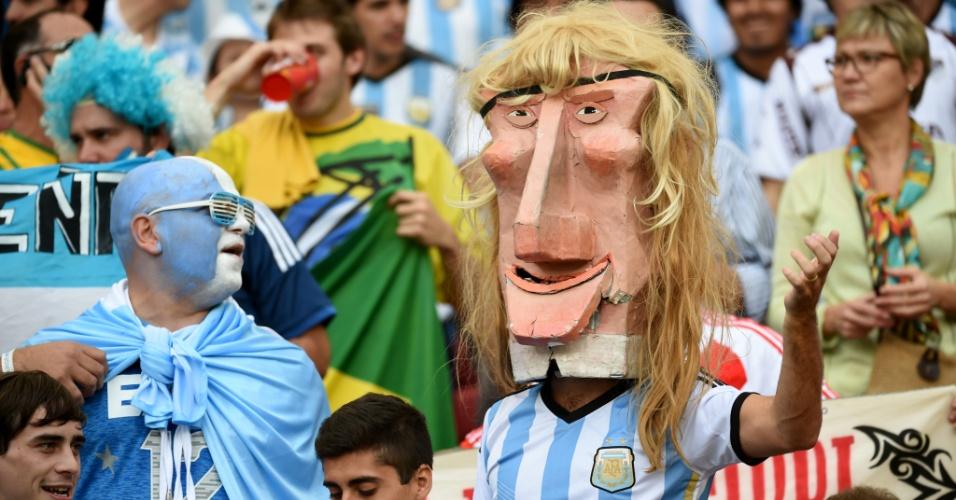 Argentino provoca os brasileiros e vai ao Beira-Rio com uma máscara gigante do atacande Claudio Caniggia, carrasco do Brasil na Copa de 90