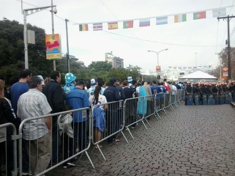 Argentinos na fila para entrar no Beira-Rio, onde sua seleção enfrenta a Nigéria