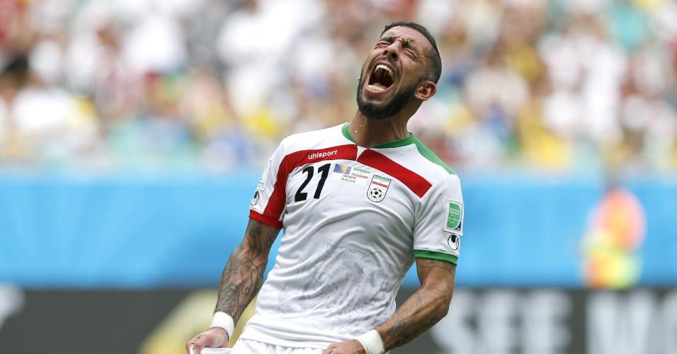 Ashkan Dejagah, do Irã, se desespera após jogada desperdiçada na partida contra a Bósnia