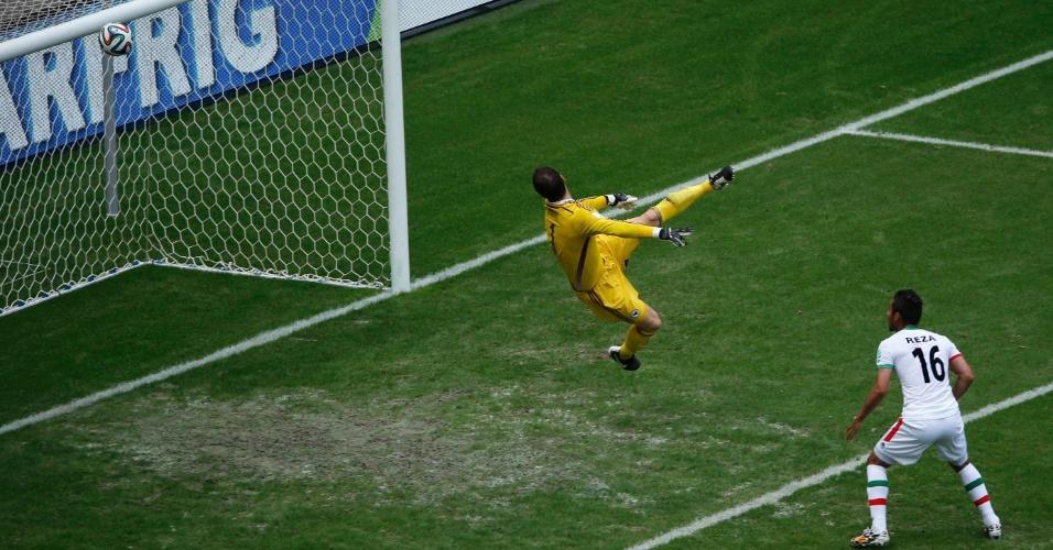Asmir Begovic, goleiro da Bósnia, observa a bola acertar o travessão na partida contra o Irã