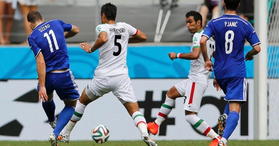 Atacante Edin Dzeko, da Bósnia, finaliza e abre o placar contra a seleção do Irã, na Fonte Nova
