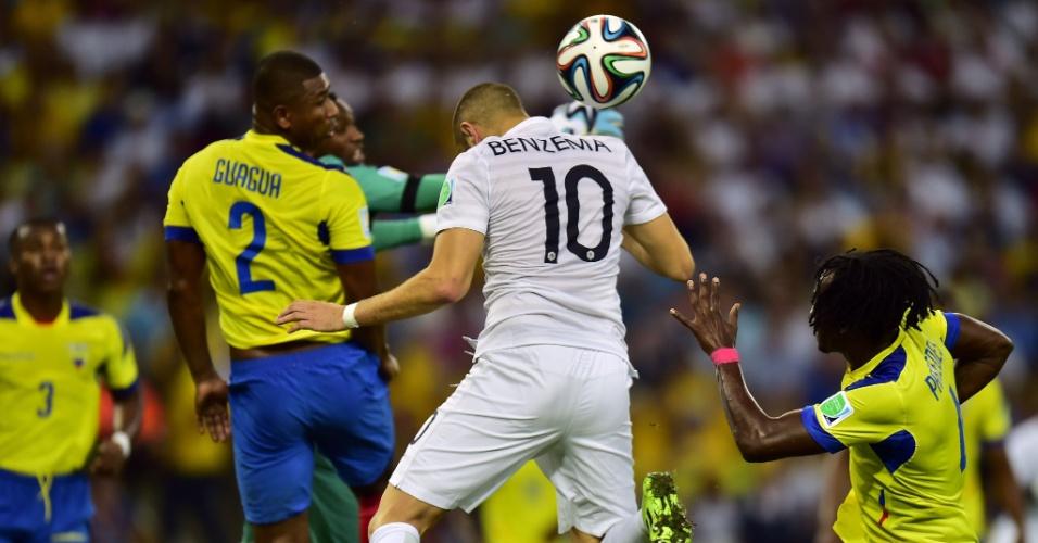 25.jun.2014 - Atacante francês Benzema tenta aproveitar cruzamento, mas não consegue marcar contra o Equador no Maracanã