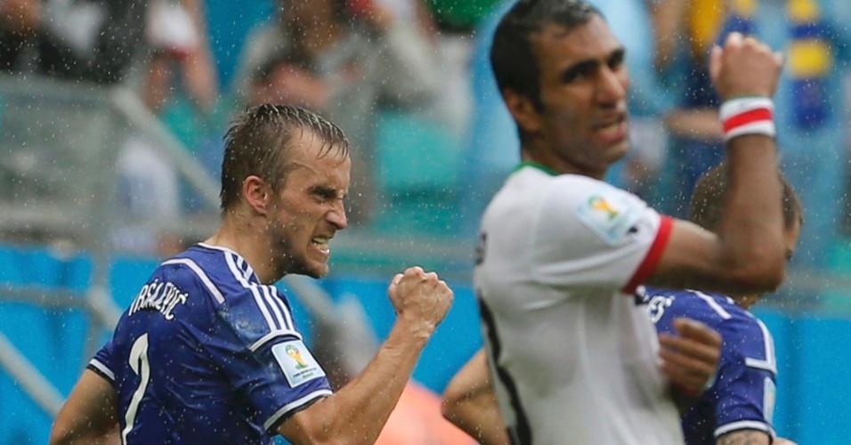 Avdija Vrsajevic comemora após marcar o terceiro da Bósnia na vitória por 3 a 1 sobre o Irã, na Fonte Nova