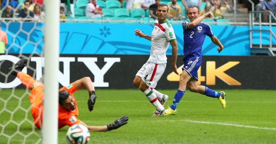 Avdija Vrsajevic, da Bósnia, chuta e fecha a vitória da seleção sobre o Irã, na Fonte Nova, por 3 a 1
