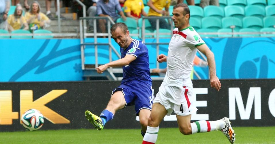 Avdija Vrsajevic, da Bósnia, marca o terceiro e último gol na vitória por 3 a 1 sobre o Irã, na Fonte Nova