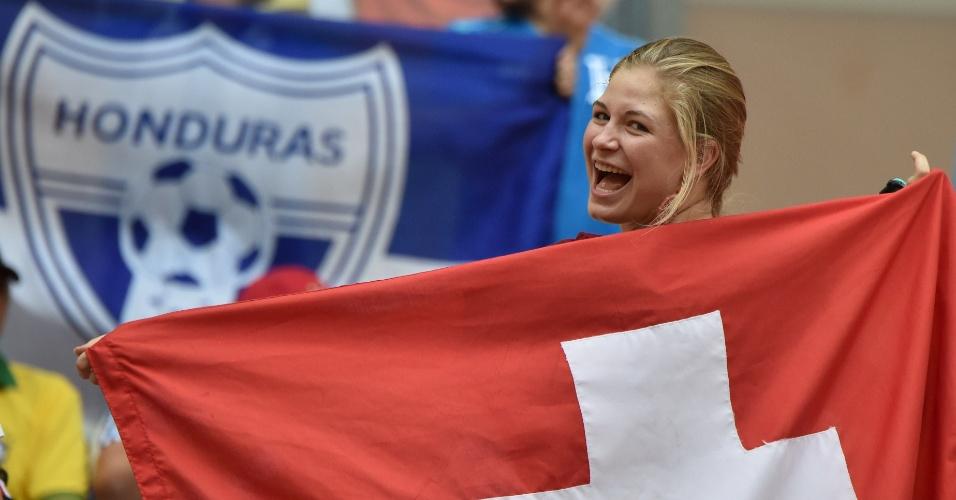 Bela torcedora da Suiça posa para foto antes de partida contra a Honduras, em Manaus