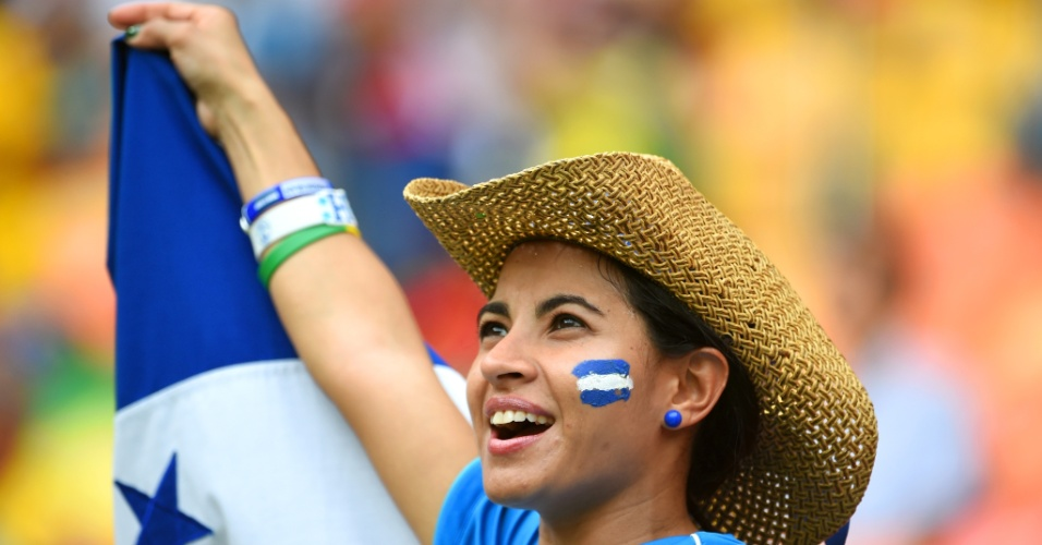 Bela torcedora de Honduras agita a bandeira de país na Arena Amazônia