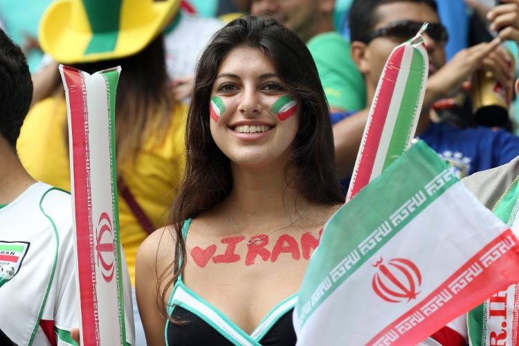 Bela torcedora mostra no corpo sua torcida pelo Irã, que sonha com uma vaga nas oitavas de final da Copa