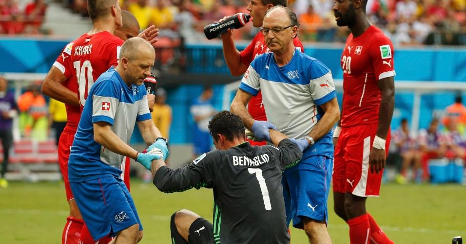 Benaglio é atendido por médicos da Suiça após se chocar com jogador de Honduras