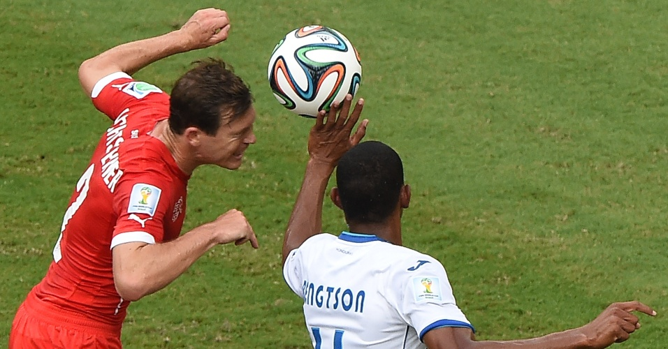 Bengtson coloca a mão na bola em disputa pelo alto com Lichtsteiner durante Suiça e Honduras, na Arena Amazônia