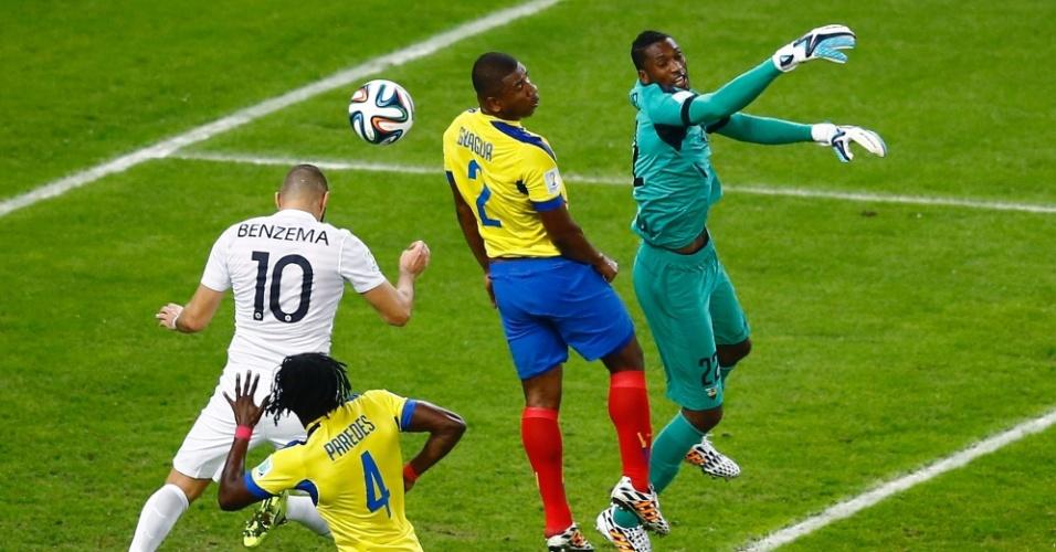 25.jun.2014 - Benzema, da França, recebe cruzamento e tenta marcar de cabeça contra o Equador no Maracanã