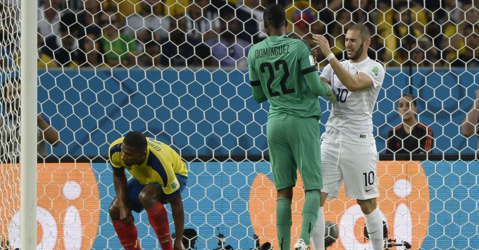 25.jun.2014 - Benzema, da França, se desentende com o goleiro equatoriano Alexander Dominguez durante o jogo no Maracanã