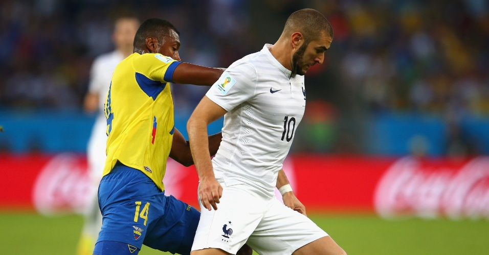 25.jun.2014 - Benzema, da França, tenta escapar da marcação do equatoriano Segundo Castillo, no Maracanã