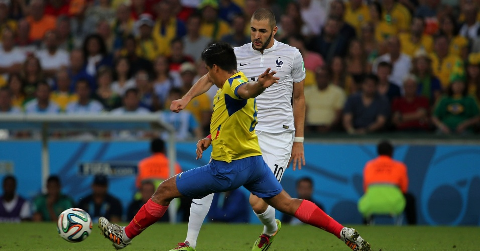 25.jun.2014 - Benzema, da França, tenta recuperar a bola na partida contra o Equador, no Maracanã