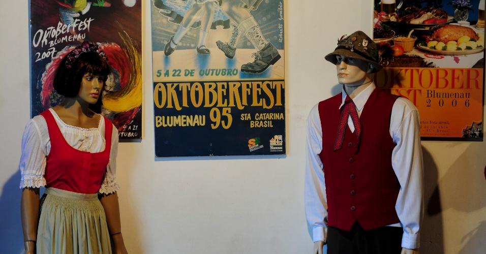 Artigos lembram edições antigas da Oktoberfest de Blumenau, que já tem 30 anos de existência