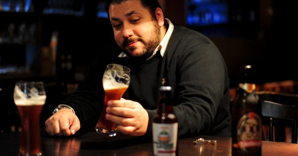 Carlo Bressiani, proprietário da Escola Superior de Cerveja e Malte, toma um gole em sala de aula - é o laboratório de degustação