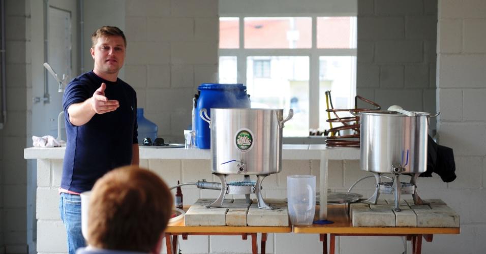 Cena de uma aula na Escola Superior de Cerveja e Malte, uma das primeiras do gênero no Brasil