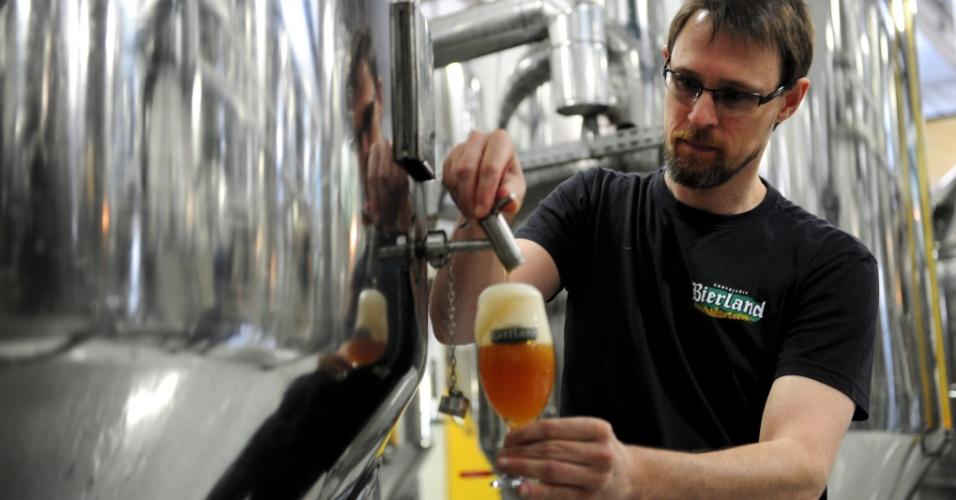 Rubens Deeke, sommelier de cervejas da Bierland, analisa a produção de um dos modelos da casa