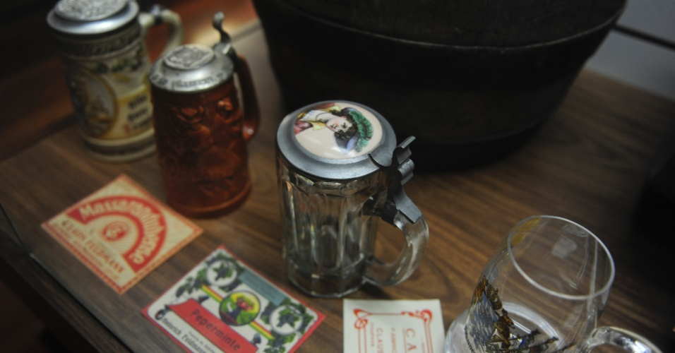 Copos de cerveja antigos em exposição no museu do Clube de Caça e Tiro de Blumenau - copos fechados para evitar sujeira
