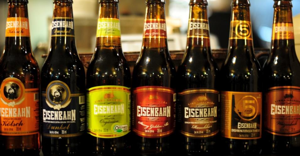Embalagens em exposição no bar de fábrica da Eisenbahn, uma das cervejarias de Blumenau