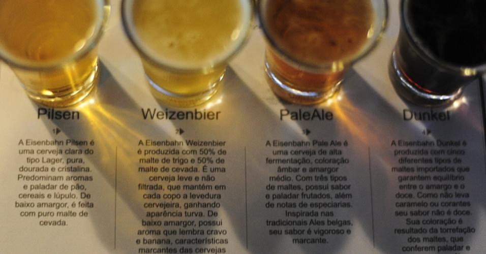 Copos de degustação no bar da fábrica da Eisenbhan: Pilsen, Weizenbier, Pale Ale e Dunke