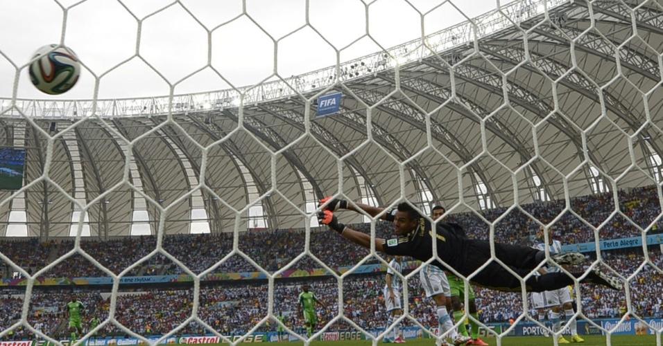 Bola passa pelo goleiro argentino Sergio Romero, no gol de Ahmed Musa para a Nigéria