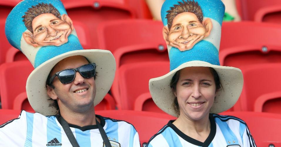 Casal argentino usa cartola com caricatura de Lionel Messi, antes de partida contra a Nigéria no Beira-Rio
