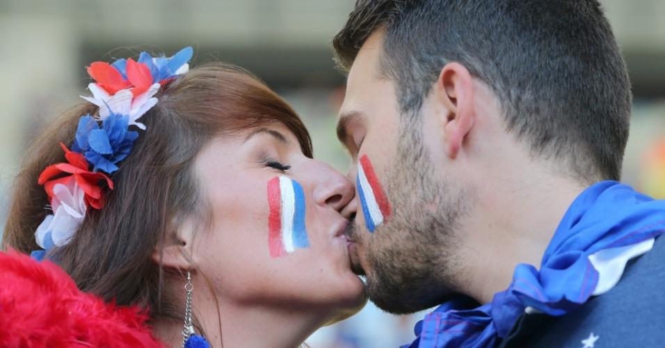 25.jun.2014 - Casal francês se beija antes da partida contra o Equador, no Maracanã