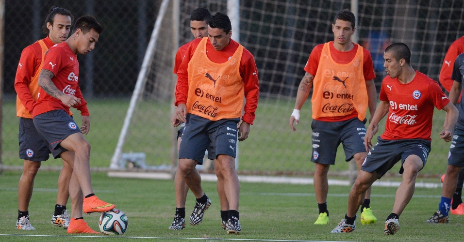 Chile treina em Belo Horizonte para pegar o Brasil nas oitavas. Time treinou com Valdivia (esq.) de titular