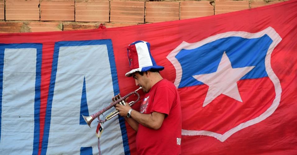 Chileno toca trompete do lado de fora da Toca da Raposa, em Belo Horizonte