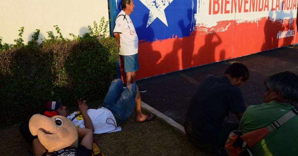 Chilenos fazem concentração em frente à Toca da Raposa, em Belo Horizonte, onde a seleção treina para o jogo contra o Brasil