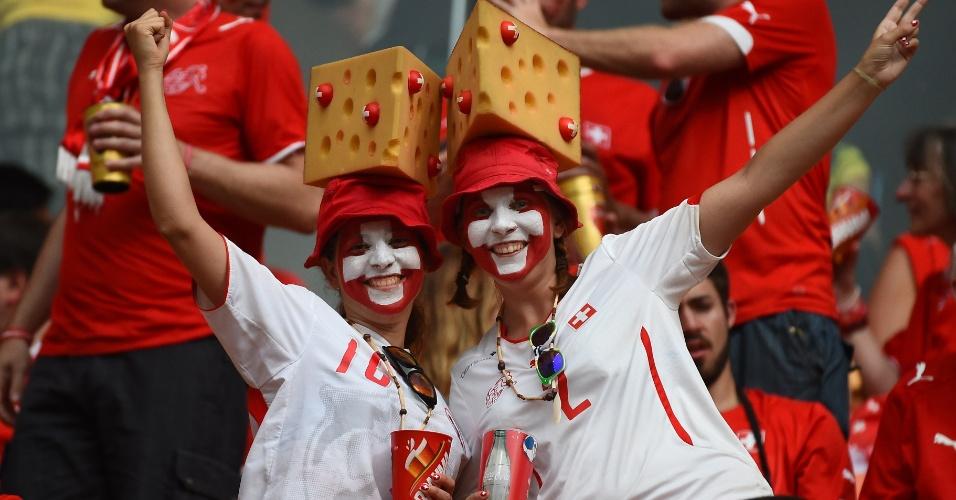 Com queijo suíço na cabeça, torcedoras assistem ao jogo contra Honduras em Manaus