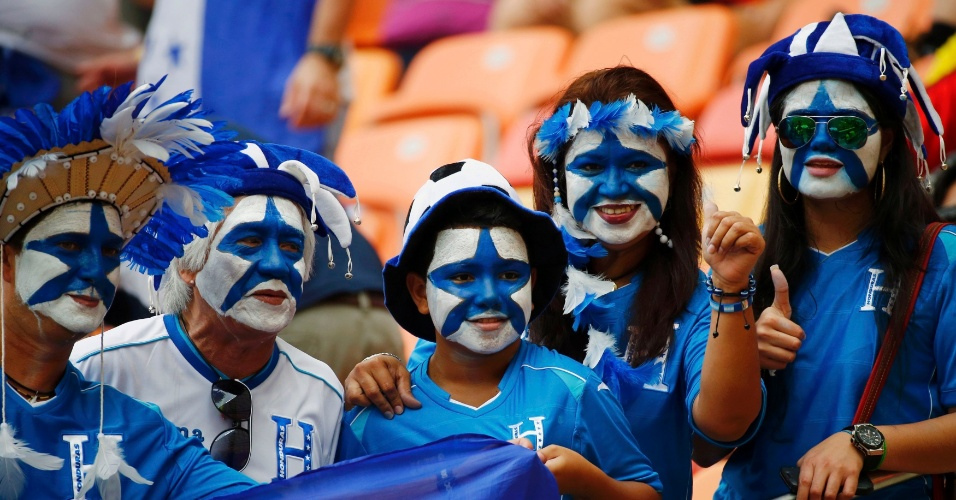 Com rosto pintado, torcedores de Honduras posam para foto antes de partida contra a Suiça