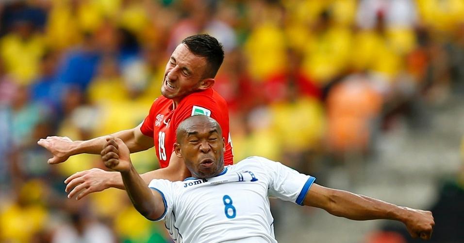 Drmic e Palacios disputam bola pelo durante partida entre Suiça e Honduras