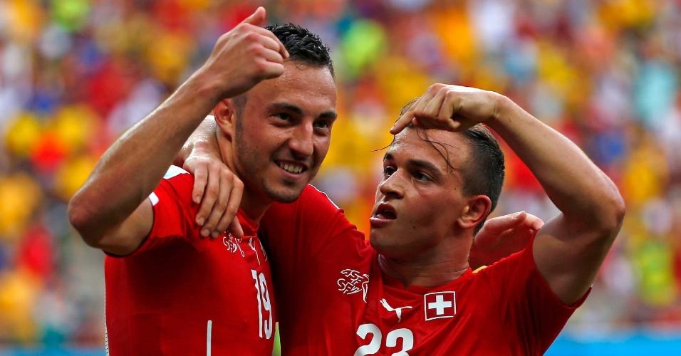 Drmic e Shaqiri comemoram o segundo gol da Suiça contra Honduras