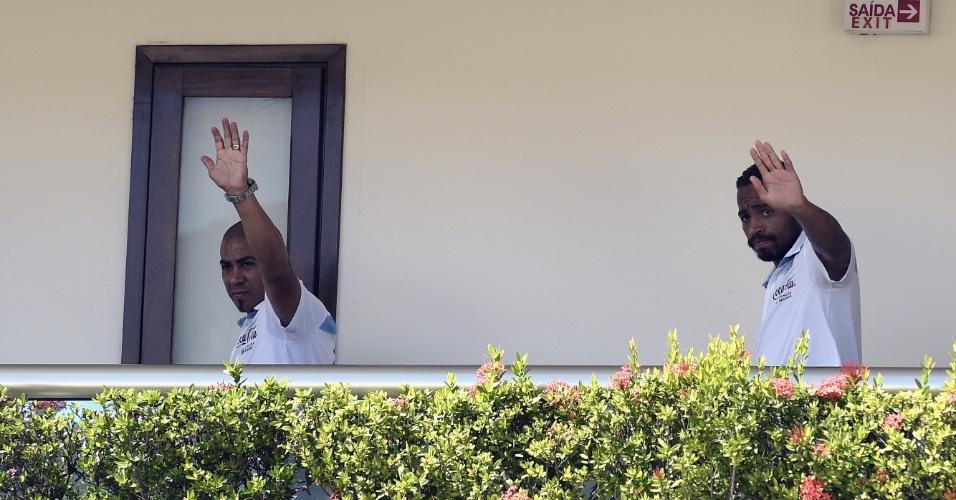 Egidio Arévalo (esq.) e Alvaro Pereira acenam para torcedores pouco antes da coletiva de imprensa do Uruguai, em Natal